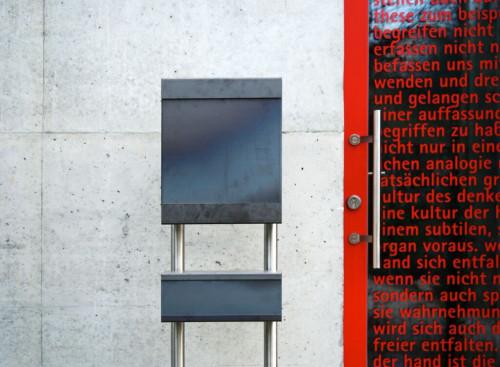Keilbach Glasnost mit Stativ und Zeitungsbox