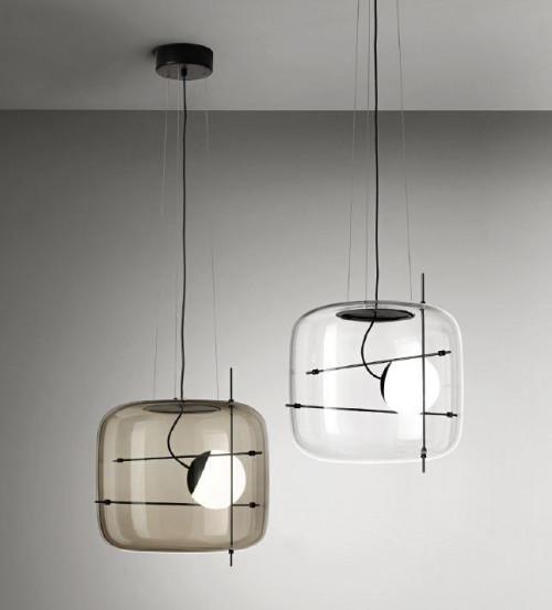 Vistosi Plot Version 2, Glas rauchfarbig, Metallstäbe schwarz und Version 1, Glas Kristall, Metallstäbe schwarz